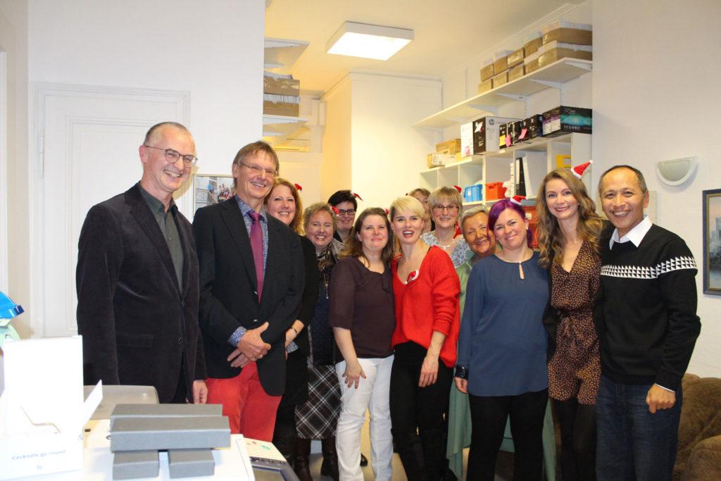 Das Team der Gemeinschaftspraxis für Pathologie von Dr. Nikorowitsch, Prof. Dr. Zhou und Dr. Kindermann im Bonner Zentrum.